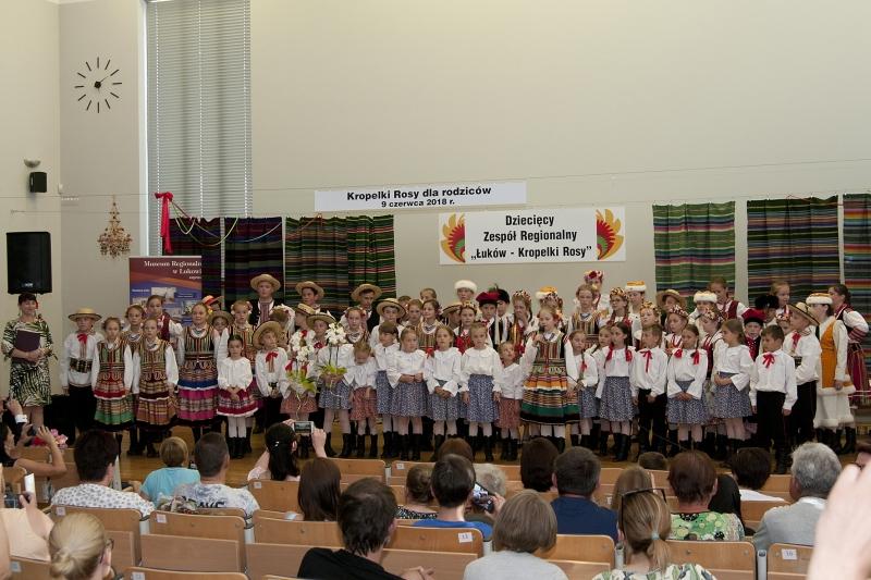 """Koncert ,,Kropelki Rosy dla rodziców"""" – fotorelacja"""